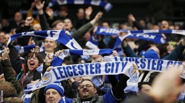 Cổ động viên Leicester City ăn mừng chiến thắng của đội nhà trước Manchester City
